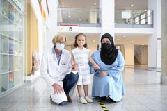 Sahar-im-Klinikum-mit-Aerztin-und-Pflegemutter-am-10.06.21
