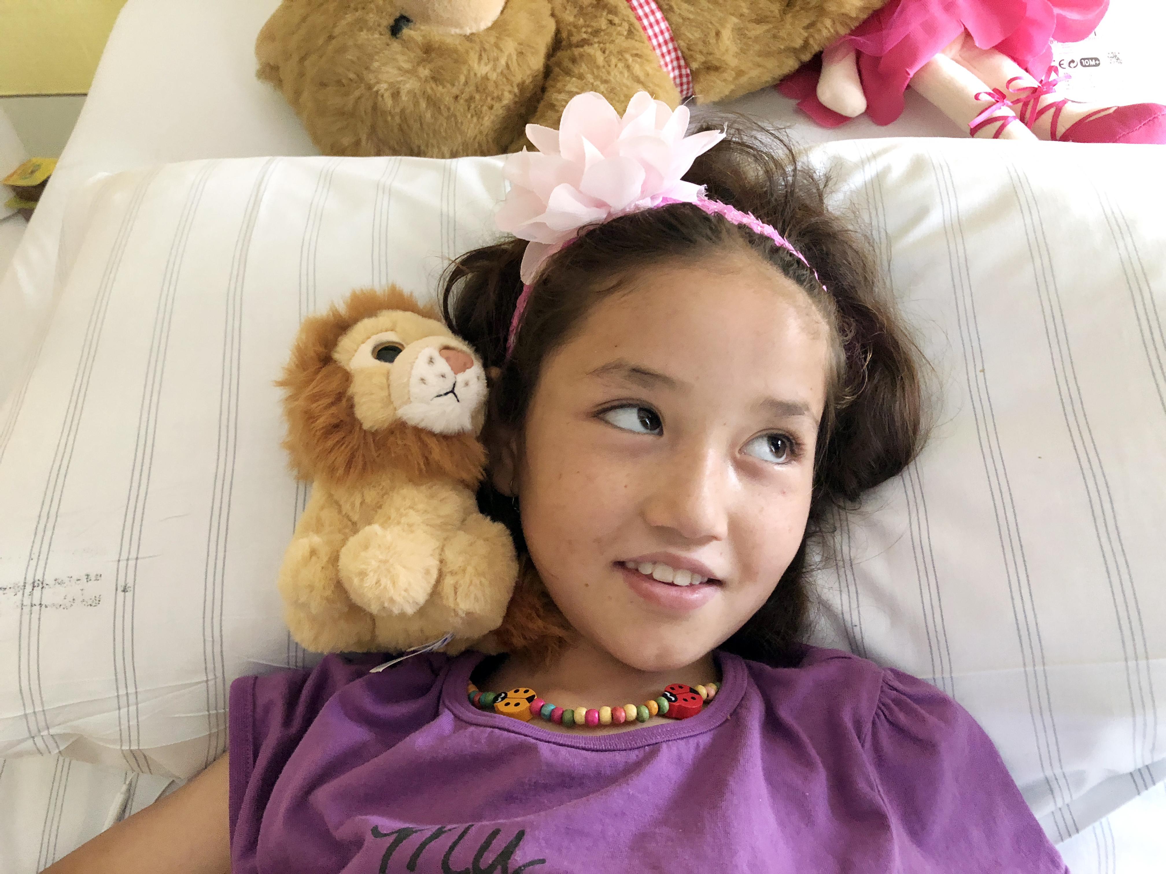 Tapferes Mädchen in fremder Umgebung: Roqaya aus Kabul ist in der Dortmunder Kinderklinik fünf Stunden lang an Hüfte und Becken operiert wiorden. Foto: Bandermann, Ruhrnachrichten Dortmund