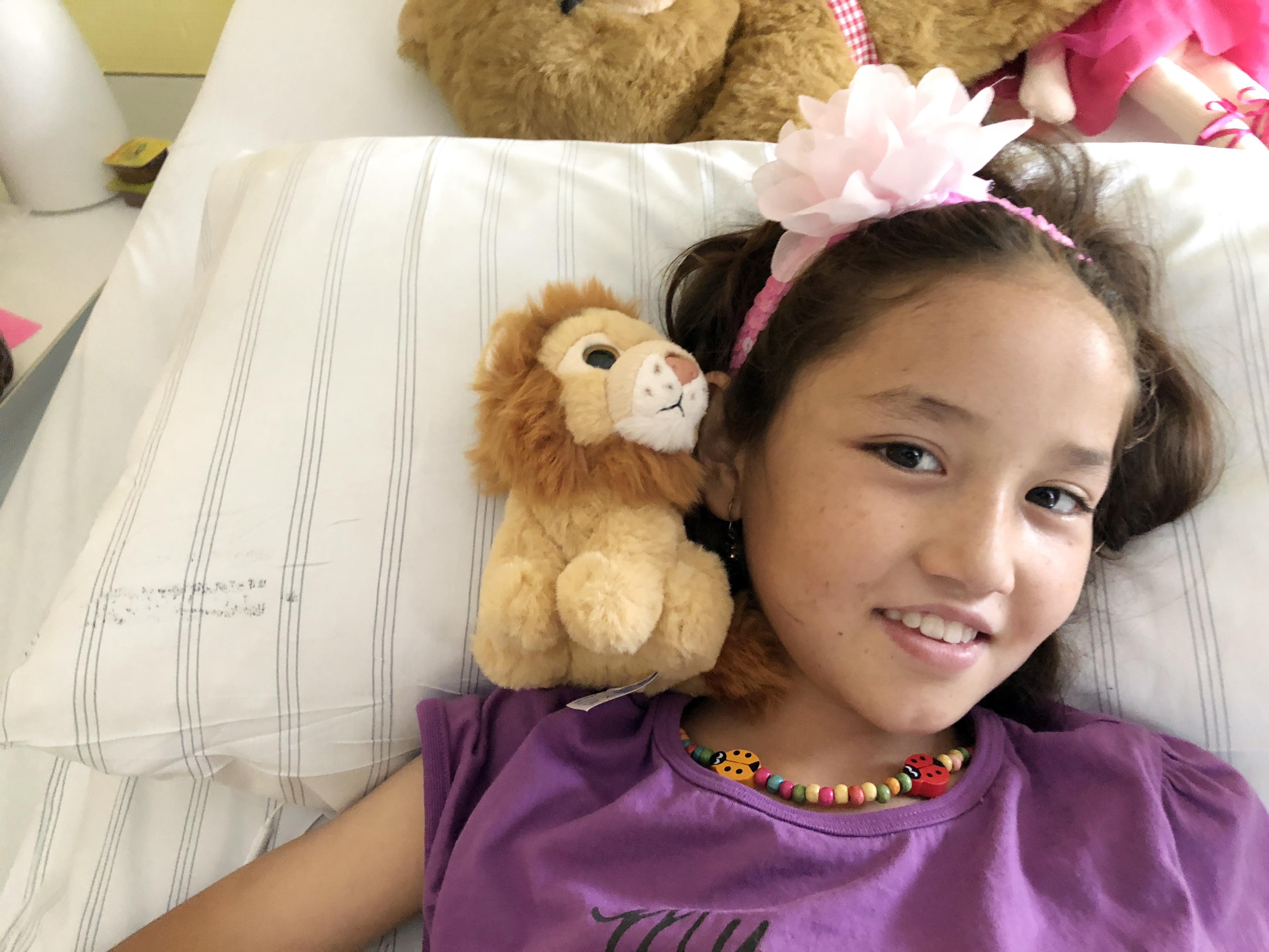 Rokia ist sechs Jahre alt und stammt aus Afghanistan. In der Dortmunder Kinderklinik ist sie an der Hüfte operiert worden. Sie ist etwas schüchtern in der fremden Umgebung und zugleich sehr tapfer. Foto: Bandermann, Ruhrnachrichten Dortmund