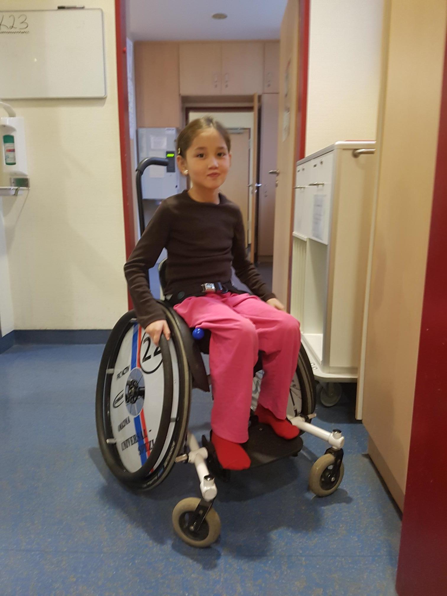 Roqaya im Rollstuhl